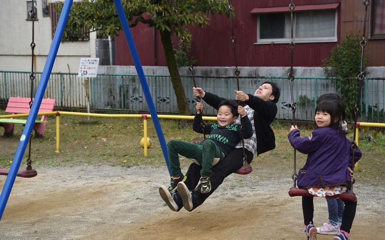 【画像5】お兄さんに遊んでもらう少年。いい笑顔だ!(写真撮影:榎並紀行)