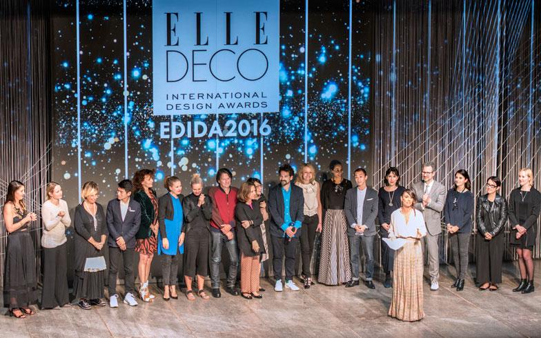 【画像1】授賞式はミラノのフランコ・パレンティ劇場にて「ELLE DECO」25誌の編集長が一堂に、Jaime Hayon氏を囲んで(写真/Valentina Sommariva)