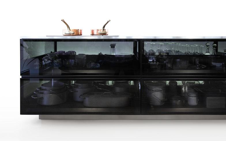 【画像5】キッチン本体は、ステンレスのフレームのグリッド構造で構成され、全体を覆うスモークガラスによって、道具たちの美しいシルエットが浮かび上がる(写真/(c)TOKUJIN YOSHIOKA DESIGN)
