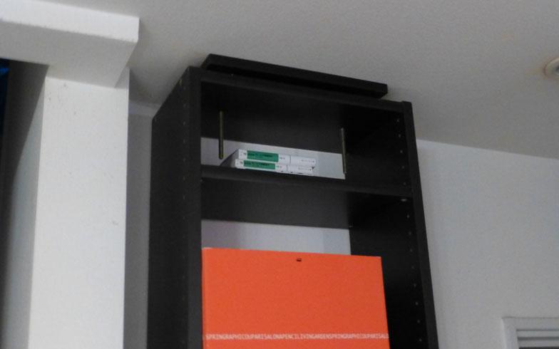 【画像1】突っ張り式の収納家具で転倒予防(写真撮影:西村祥子)