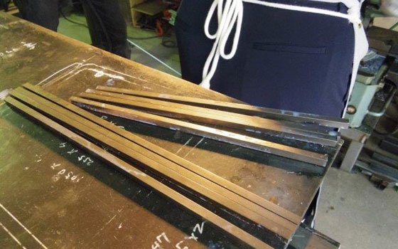 【画像2】脚を4本、座面の枠を4本、さらに異なる素材で座面を固定する金属を2本切り出す(写真撮影:SUUMOジャーナル編集部)