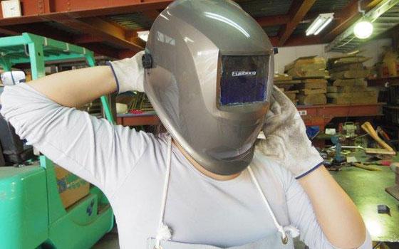 【画像4】ヘルメット型のフェイスガードを装着。前方についている青色の窓が、溶接で発生する紫外線から目を守ってくれる(写真撮影:SUUMOジャーナル編集部)