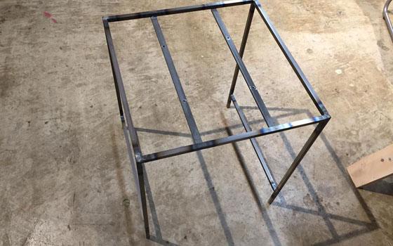 【画像9】座面を固定する金属を溶接したら、スツールの脚部分の出来上がり。それぞれの角が90度になっていれば完成度が高い証拠(写真撮影:SUUMOジャーナル編集部)