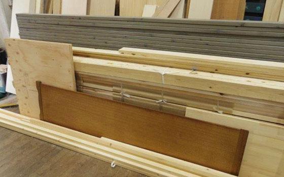 【画像10】今回は、何かの建具に使われていたであろう、写真中央の濃いめの木材を中原工房にチョイスしてもらった(写真撮影:SUUMOジャーナル編集部)