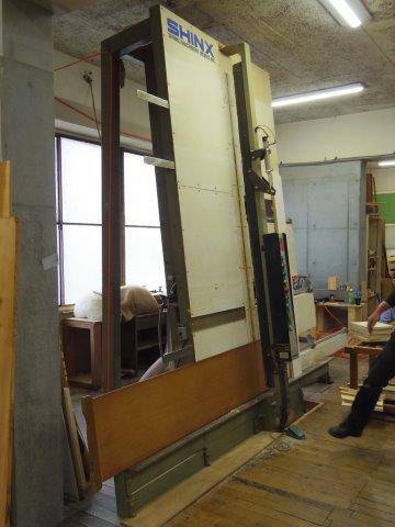 【画像11】こちらは木材をぴったりサイズ、かつ一瞬でカットしてくれる木工機械「パネルソー」。1mm単位で測れるため、アイアンの座面枠を正確に測り、そのサイズにあわせて角材を切り出していく(写真撮影:SUUMOジャーナル編集部)
