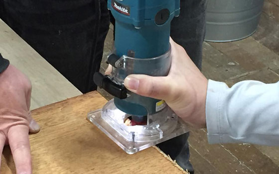 【画像12】木材を切り出したら「トリマー」と呼ばれる工具で、角材の端を好きな形に整えていく。ちなみにトリマーの刃は約40種類用意されており、さまざまな仕上がり形状が選べる(写真撮影:SUUMOジャーナル編集部)