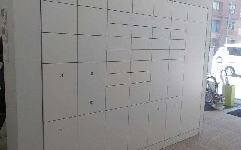 【画像1】見た目は壁のようなポスト一体型のフルタイムロッカー。ポストとロッカーが一体になっており、省スペース化を実現(撮影:嘉屋恭子)