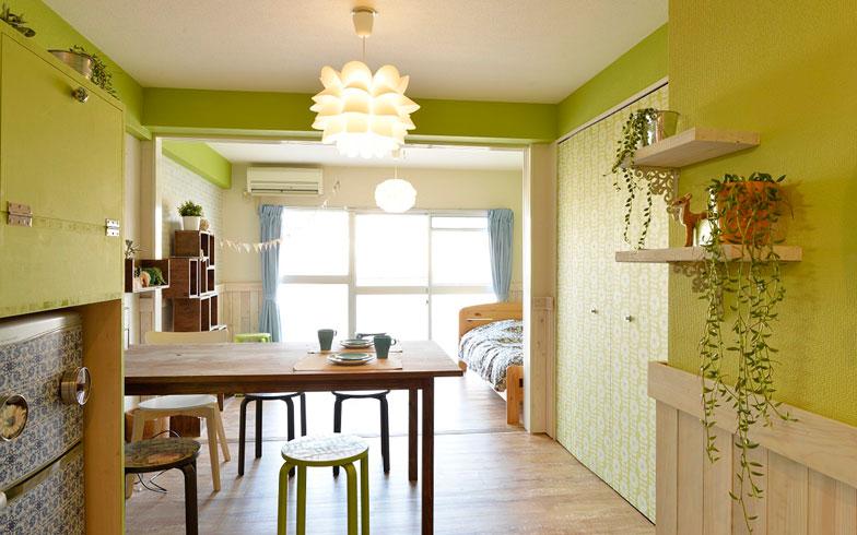 【画像2】アフター。グリーンを基調に、壁・床、インテリアのすべてを一新しています。見違えるように明るいお部屋に(写真撮影:森カズシゲ)