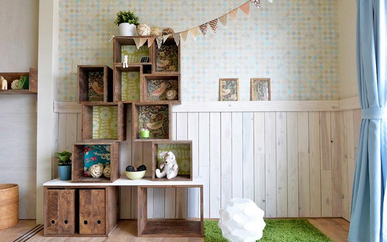 【画像3】こちらが山岸さんこだわりの新しい腰壁。べニア板を造作したシンプルなものですが、部屋全体に清潔感と木のぬくもりを与えています(写真撮影:森カズシゲ)