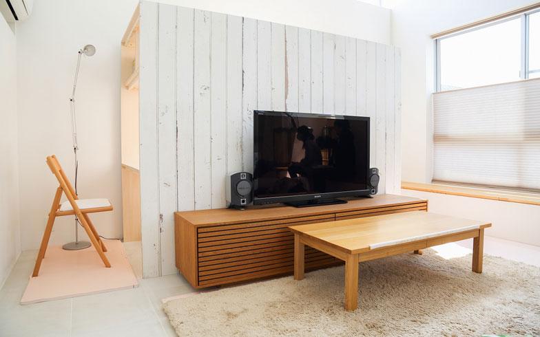 【画像9】なお、小屋の壁は本物の木の板ではなく壁紙。木津さん自ら、妻とともにDIYしたそう(写真撮影:藤原葉子)