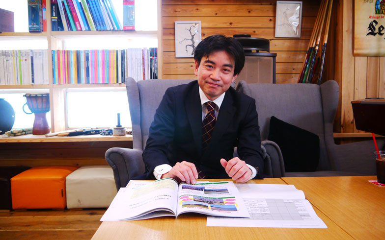 【画像6】企画調整局 地方創生推進室・岩田健さん。お試し居住の企画立案から説明会開催、訪問先のアテンド、参加者のフォローまで担当。地元の企業訪問や介護施設には知り合い同士の繋がりで紹介した場所も多かったとのこと。「個人的ネットワークが強いまちなんです。困ってると