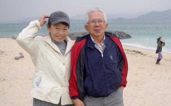 【画像1】佐藤ご夫妻。介護される立場になったときどうするか。自分の居場所を選択しようと考えていたときに地方創生のニュースをテレビで見て、2人はお互いの故郷である北九州へ関心を向けた(画像提供:佐藤三征)