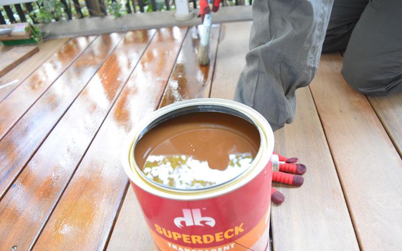 【画像6】ハケでサッと薄く塗るだけでも、しっかり塗料がつく。このくらいの労力であれば、2年に1度くらい塗りなおせそう(写真撮影/SUUMOジャーナル編集部)