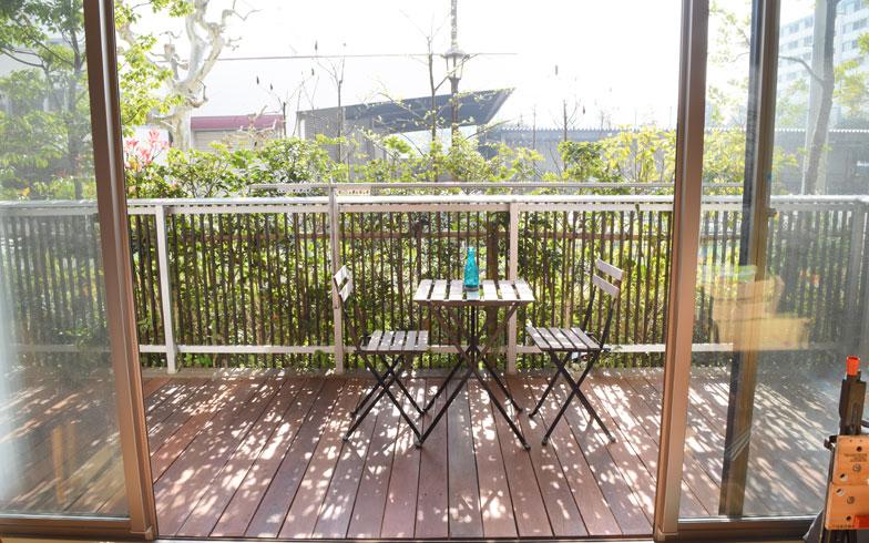 【画像9】IKEAで購入したアウトドア用のテーブルとイスを置いてみる(写真撮影/SUUMOジャーナル編集部)