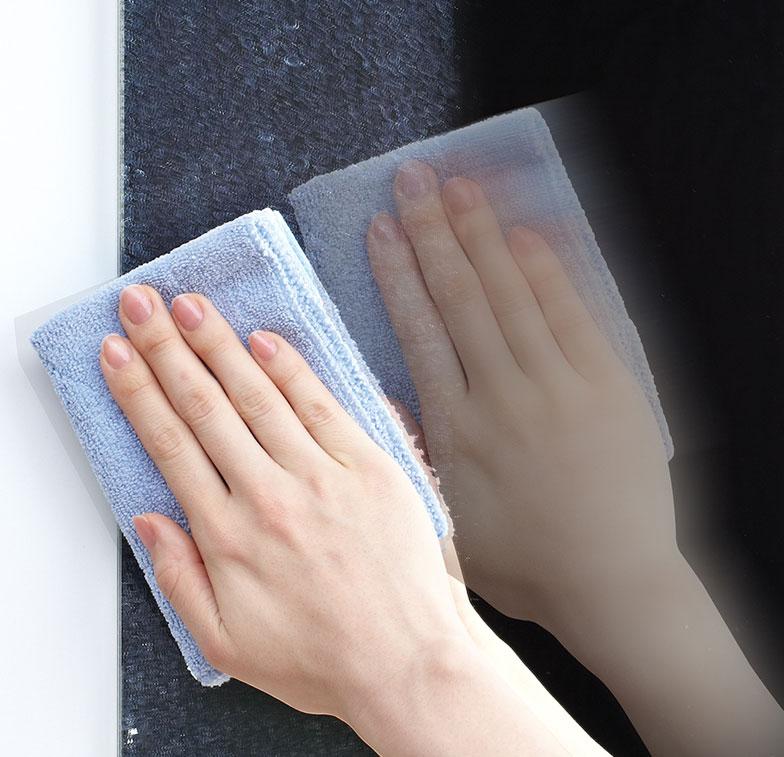 【画像5】水アカのこびりつきは、浴室の鏡などでも同様に起こる。水アカが鏡にこびりつくと白く汚れてくすんで見えるが、シリカは色が透明に近く、トイレは陶器表面が白いためシリカが固着していても分かりにくい(写真提供/LIXIL)