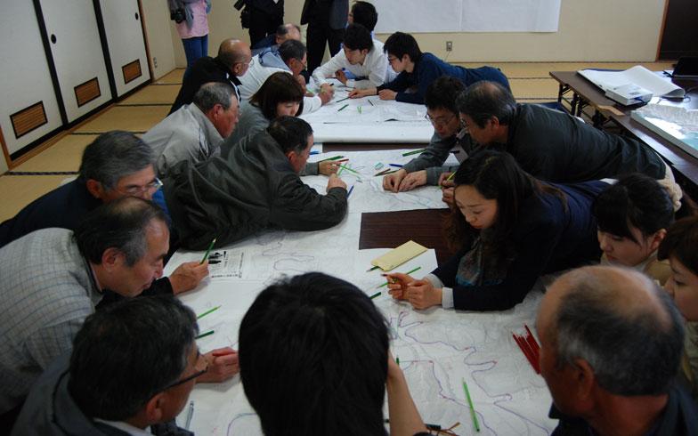 【画像2】岩手県陸前高田市長部地区の住民と市議会議員を中心としたワークショップ。津波を前提とした避難経路の検討をした(画像提供:日建設計)