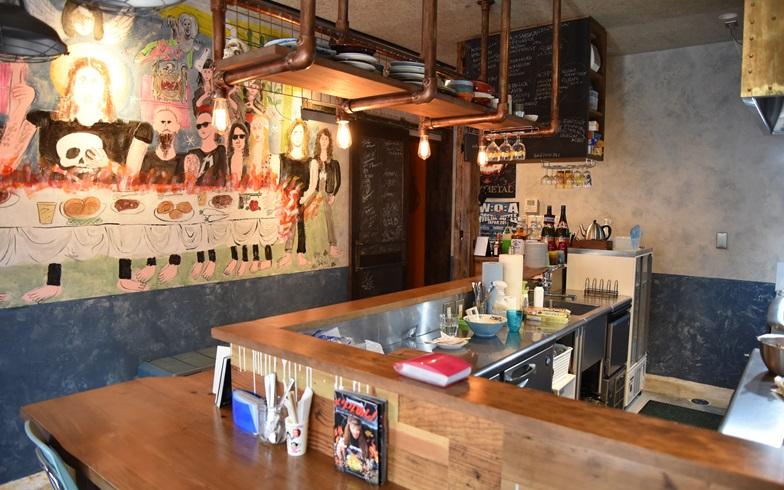 【画像1】また、ヘヴィメタルと食を組み合わせた斬新料理「高円寺メタルめし」のマスターでもある。お店を訪ねた(写真撮影:榎並紀行)