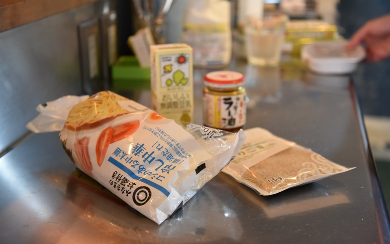 【画像2】スーパーで売ってる中華麺。添付のスープは今回使用せず(写真撮影:榎並紀行)