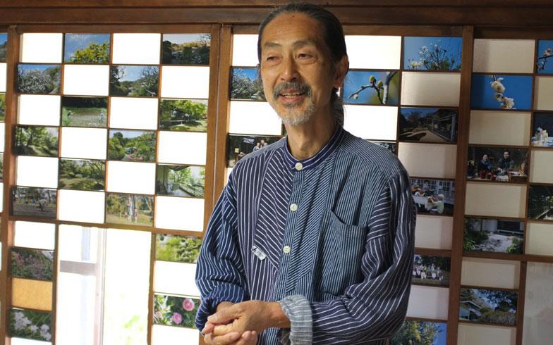 【画像3】自宅の居間を開放して作品を展示する写真家の佐藤正治さん。障子の細かな桟を活かした展示が魅力的。これだけの写真が一堂に会す機会は珍しく、佐藤さんと会話しながらお茶を飲んで癒やされる。年に一度のまたとない機会で、遠くからもファンの人が来てくれるという(写真撮影:小野有理)