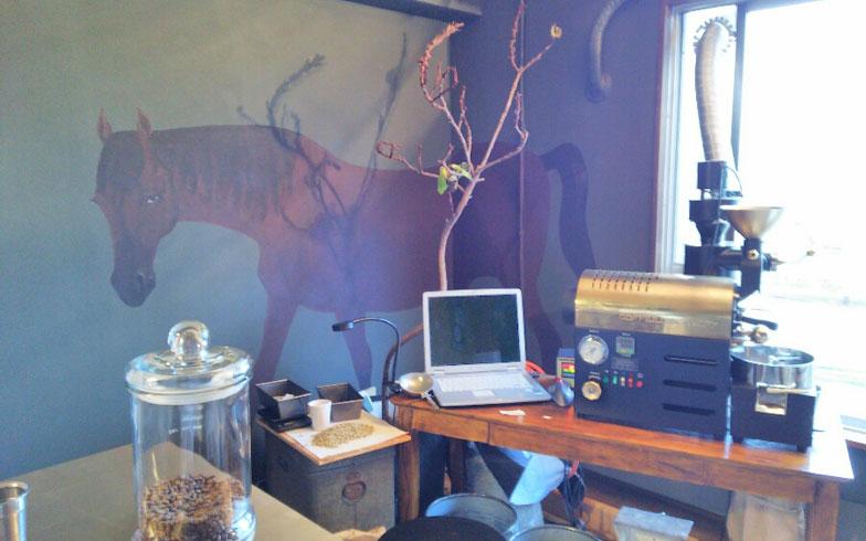 【画像2】自分たちでリノベーションした店舗。壁には知人の手による馬のイラスト(写真撮影:四宮朱美)