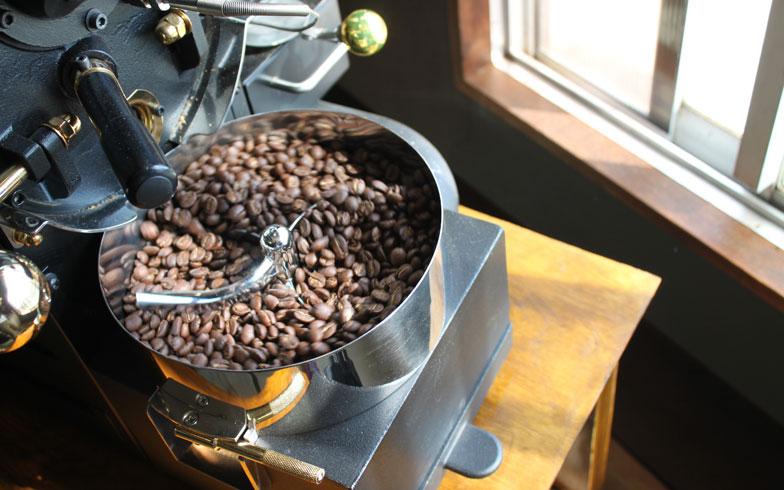 【画像3】小型の焙煎器で少しずつていねいに焙煎する(画像提供:中村佳太)