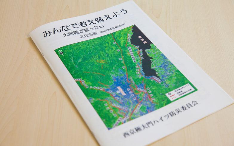 【画像1】2014年に作成した防災パンフレット。イラストや写真などがたくさん用いられ、マンションの防災対策や災害時の行動などについて、視覚的にもわかりやすく記載されている。(写真撮影/河原大輔)
