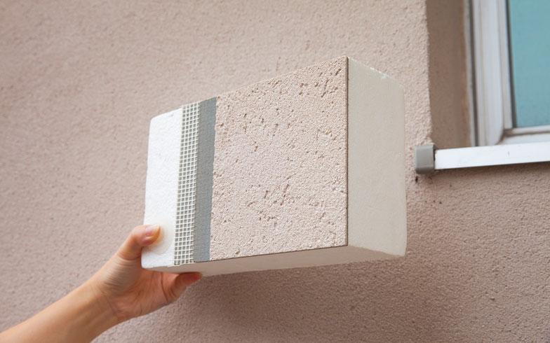 【画像2】国土交通省からの助成を得て、外断熱工事を実施。外壁前面に断熱材を貼り付けたことで、格段に光熱費が削減され、住民からの評価も上々だそう。(写真撮影/河原大輔)