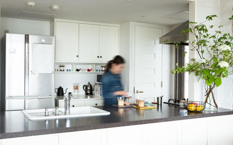 【画像1】キッチンリフォームを終えた今は、「やったぞ、という充実感でいっぱい」というmayukoさん(撮影:片山貴博)