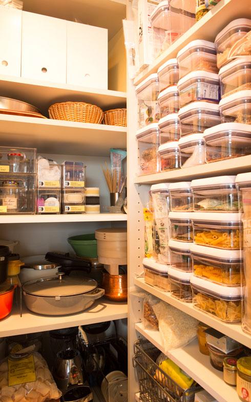 【画像7】キッチンの奥にあるパントリーには、調理家電、調味料などがぎっちりと。「入れる器をそろえ、高さをそろえた」(撮影:片山貴博)