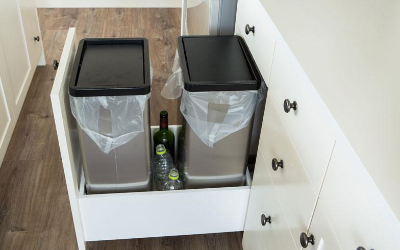 【画像9】生活感が出てしまい、置き場所に困るゴミ箱は下部に収納。こちらも手前まで引き出せるのでストレス知らず(撮影:片山貴博)