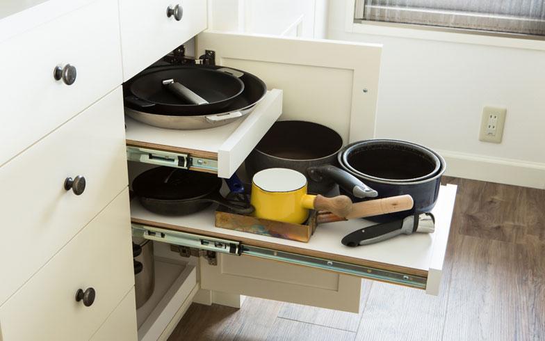 【画像10】キッチンの難問のひとつ、フライパンや鍋問題も、引き出しにすることで解消(撮影:片山貴博)