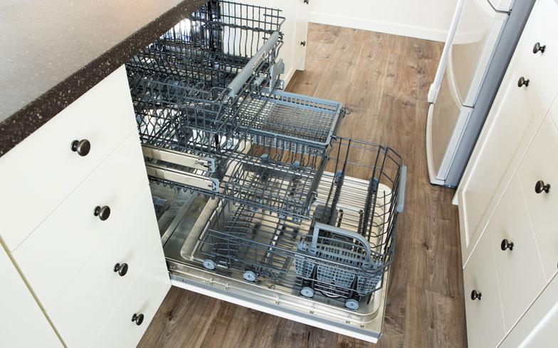 【画像11】食洗機は、北欧のASKOを採用。「大型なので、1日の食器洗いを1度にまとめてできます。特に朝、食器を洗わなくては、というストレスが減ったので、大正解でした」(撮影:片山貴博)