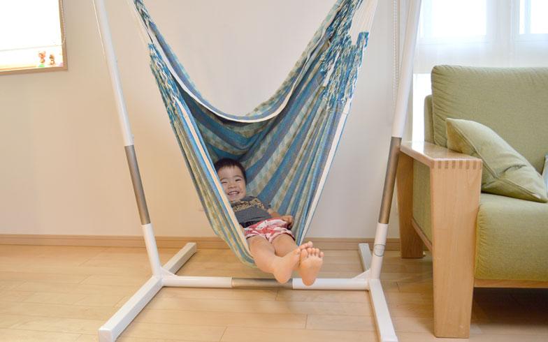 【画像7】野瀬さんの自宅のチェアハンモックでくつろぐ息子さん。子どもたちにも大人気だ(写真撮影/野瀬宏一郎)