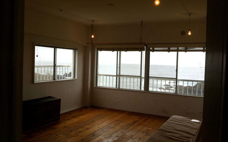 【画像4】こちらはシラハマアパートメントのシェアハウスの一室。窓から海が一望できるロケーションが人気だ(写真提供:ウッド)