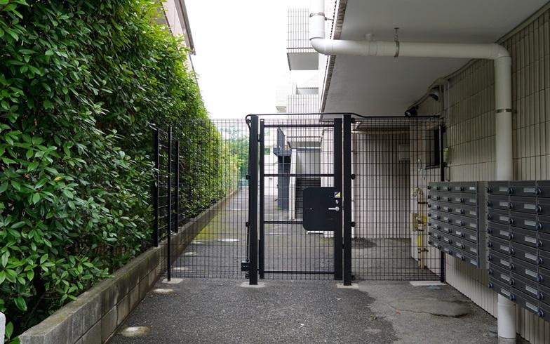 【画像6】メインエントランスのすぐ脇にある、居室直結の出入口(写真撮影:SUUMOジャーナル編集部)
