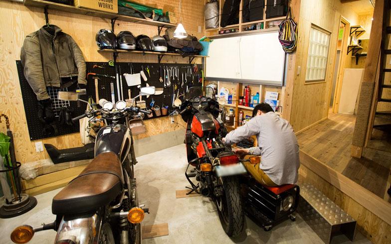 【画像1】玄関開けたら1秒でガレージ。イタリア製「モトグッツィ」のビンテージバイク、不変のデザインにファンが多い国産の「ヤマハ SR」を置いてなお、ゆとりあるスペース(写真撮影:藤原葉子)