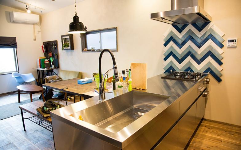 【画像2】居室スペースは2階。こちらもフルリノベーションしている。ちなみに、妻の希望は多くはなく「使いやすいキッチン」とか、それくらいのものだったという。これくらいおおらかなパートナーでないと、都内の限られたスペースに専用ガレージなどという夫のわがままは叶えられまい(写真撮影:藤原葉子)