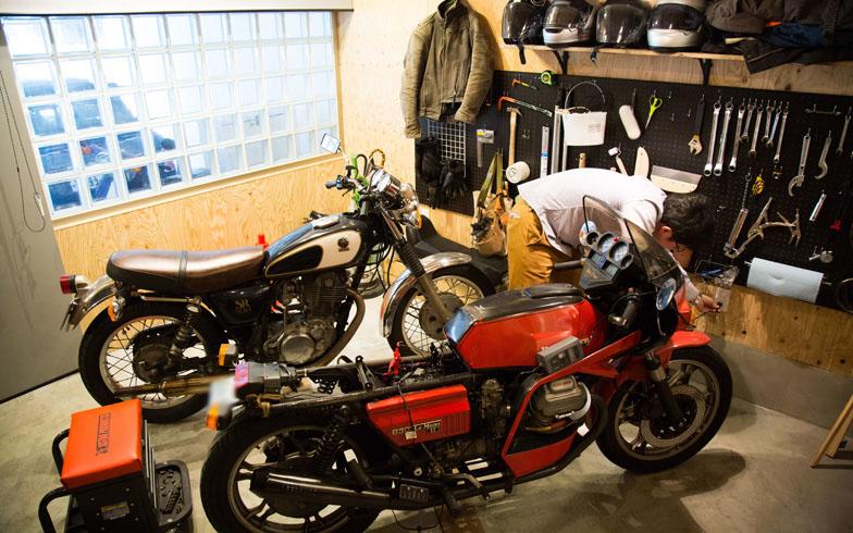【画像2】念願のマイガレージを手に入れたOさん。愛おしそうにバイクを手入れする姿が印象的だった(写真撮影:藤原葉子)