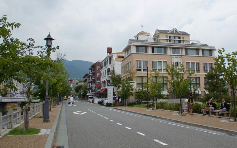 【画像7】芦屋川沿いの街並み。商業施設の案内看板は小ぶりでデザイン的にも統一感がある(写真撮影/井村幸治)