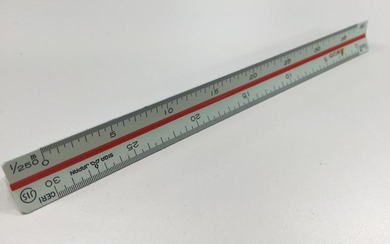 【画像1】筆者が購入した1/100、1/250、1/500などのメモリがある三角スケール(写真撮影/SUUMOジャーナル編集部)