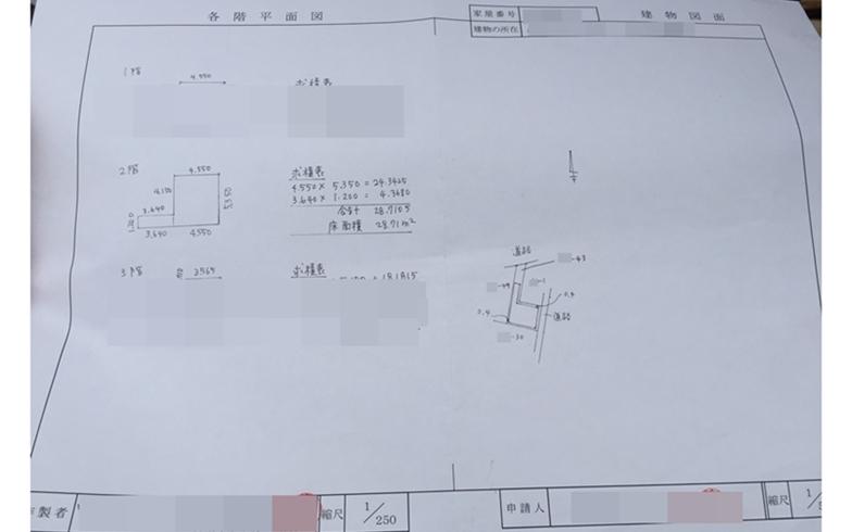 【画像2】B4サイズの申請書、左半分は1/250分の1で記載する「各階平面図」、図面の隣に面積の計算を書いています。右半分は1/500分の1で描く「建物図面」(写真撮影/SUUMOジャーナル編集部)