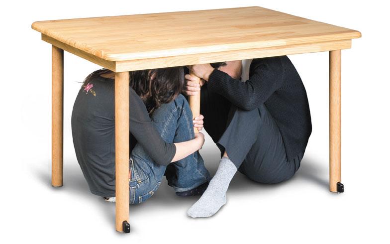 【画像2】テーブル型シェルター(28万800円)。現在までに3000台以上売れている人気の製品。30トンの圧力に耐えられる特殊天板を使用している。また5本脚のため安定性も抜群。ふだんはダイニングテーブルとして利用できる(写真提供/エヌ・アイ・ピー)