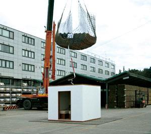 【画像3】木質耐震シェルター(25万円※税別)。設置にあたっては担当者が必ず下見を行い、補強が必要な場合を除けば2日間で設置することができる。家屋の倒壊実験をはじめ5mのところから落とす、3mの高さから3トンもの瓦を落とすといった実験も含めて構造の強度は実証済み(写真提供/一条工務店)