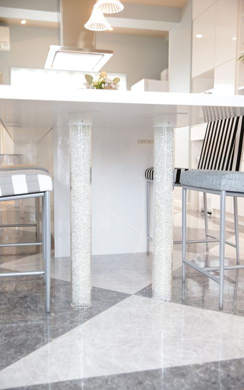 【画像4】宮地さん特注、アクリル管にクリスタルを詰めたテーブル脚。このキラキラ感は、女性デザイナーならでは!(写真撮影/本美安浩)