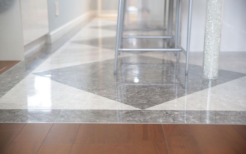 【画像5】石のような床は、樹脂のフロアタイル。「キズも付きにくく、お掃除も楽で正解!」とYさん(写真撮影/本美安浩)
