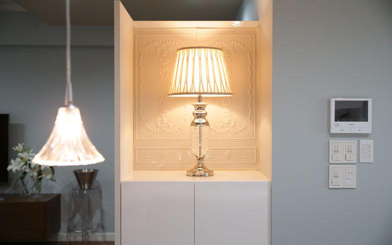 【画像8】少し高めにつくった収納の上に、ランプを置いて魅せる演出。電源コードを収納下から隠して通し、ホテルライクな空間に。手前はダイニングのペンダントライト3連照明(バカラ製)(写真撮影/本美安浩)