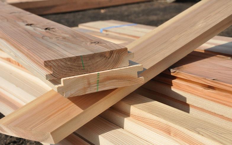 【画像1】1枚の木の厚みが3cmほど。これが壁板になり、柱のあいだにはめこまれていく。その上に木の板を、縦横と方向を変えて重ねることで、防火性・耐震性を兼ね備えた建物になる(写真撮影/嘉屋恭子)