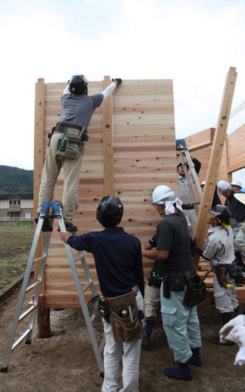 【画像2】柱を立てて、まずは3cm厚の板を落とし込んでいく(写真提供/安藤邦廣)