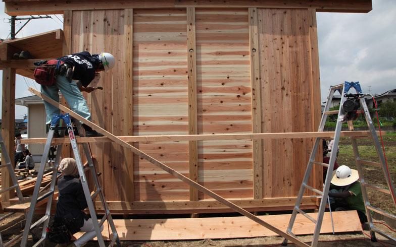 【画像3】その上に2.4cm厚の木ずり板を釘打ちで張っていく。この2枚あわせで、耐震性と防火性を確保。 さらに雨仕舞や断熱性を高めるために、仕上げの板(1.5cm程度)を張る。通常の3倍の木材を使用する(写真撮影/安藤邦廣)