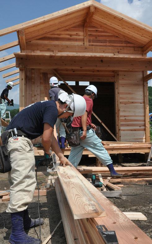 【画像7】ボランティアで参加した大工さん。国家プロジェクト「大工志の会」の活動として参加した人もいる。鮮やかな手つきは見ていてあきない(写真撮影/嘉屋恭子)